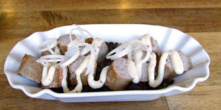 Currywurst mit einer Quitten, Senf, Meerrettich und Creme Fraiche Soße. Bild: Jürgen Meier
